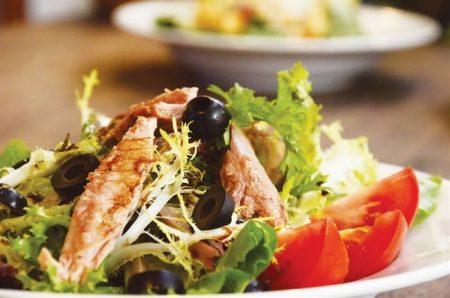 Salad cá ngừ - Santorino Coffee & Veggies
