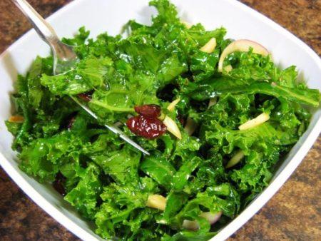 Salad từ cải xoăn - Santorino Coffee & Veggies