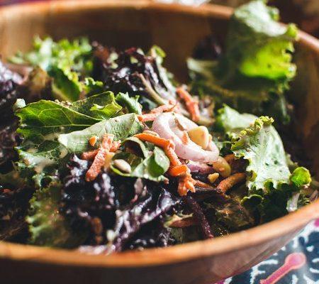 Cách làm salad với xà lách lolo tím