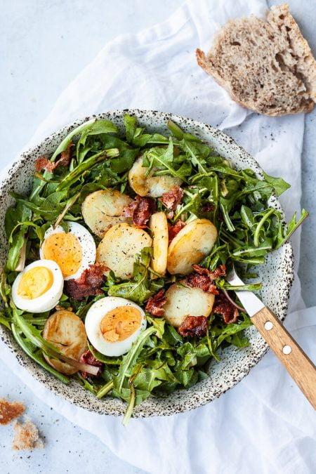 Salad bồ công anh, giấm táo, muối biển, thịt xông khói và trứng