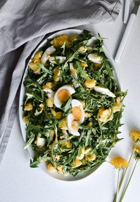 Salad rau bồ công anh và trứng khoai tây